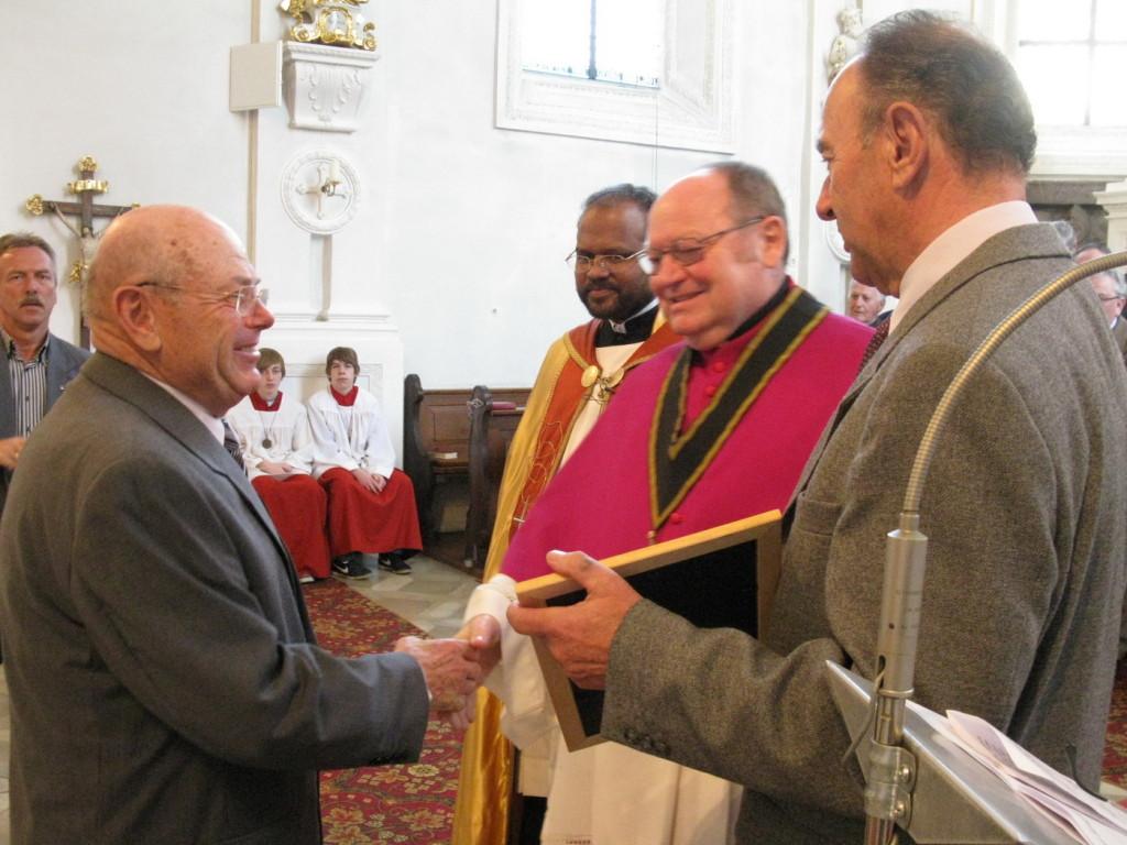 Beim Hauptfest 2011 Ernennung Egon Birner zum Ehrenmitglied, Domkapitular Prälat Peter Hubbauer überreichte eine Urkunde mit dem päpstlichen Segen