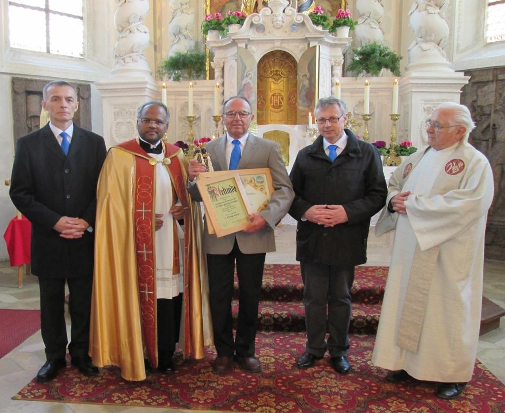 Beim Hauptfest 2014 Ernennung Fritz Leipold zum Ehrenpräfekten, Präses Pater Xavier überreichte ihm eine Urkunde mit päpstlichem Segen und eine Muttergottesstatue